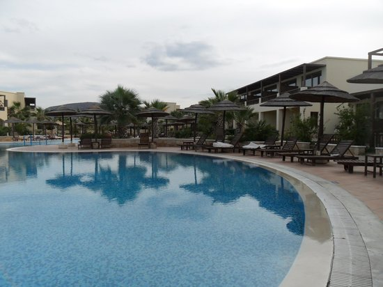 Stella Village Hotel & Bungalows : Piscine surface d'un terrain de foot