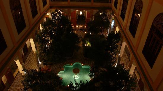 Palais Amani: Blick von der  Dachterrasse auf den Innengarten am Abend