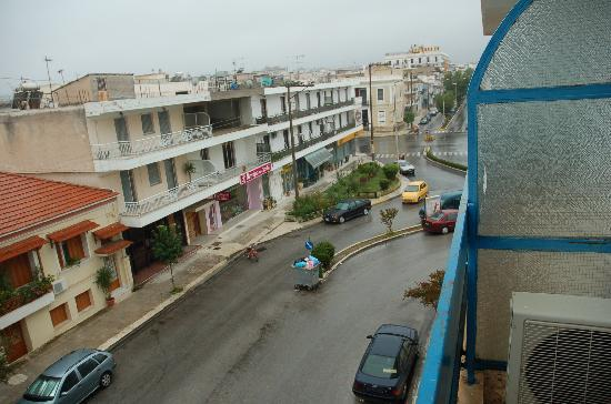 Apollon Hotel: View of the street from room 202