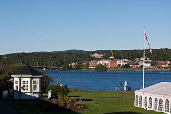 Vikersund, Norveç: Blick über den See