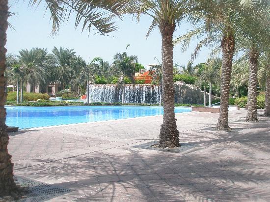 Emirates Palace: Poollandschaft mit Wasserfall