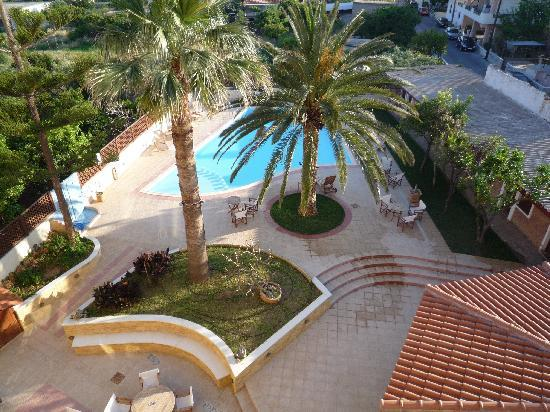 Hotel Kissamos: View from bedroom over pool