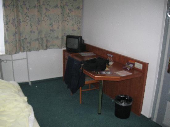 Hotel Quedlinburger Hof : Desk and TV