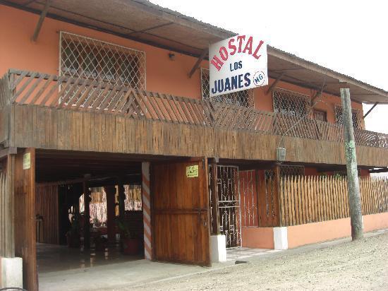 Hostal Los Juanes : La entrada al Hostal