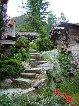 Les Chalets de Philippe : Stairs leading up to the office