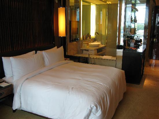 The Fullerton Bay Hotel Singapore: Room, bed