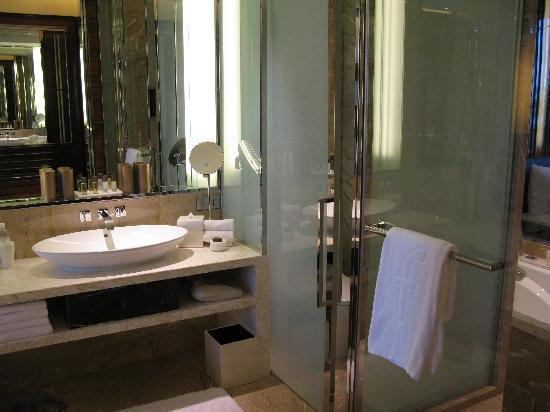 The Fullerton Bay Hotel Singapore: bathroom