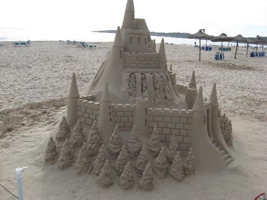 Hotel Cala Millor Garden: A sand sculpture on the baech at cala millor