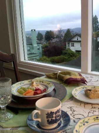 A Harbor View Inn: Enjoy your breakfast with harbor views!