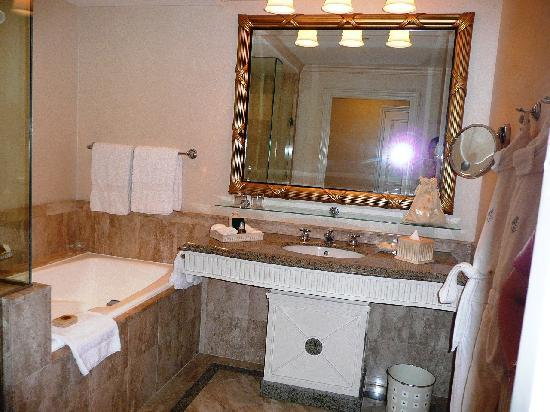 Four Seasons Hotel Cairo at the First Residence: bathroom