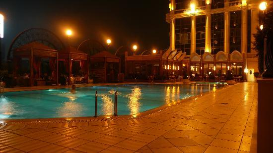 Four Seasons Hotel Cairo at the First Residence: pool by night