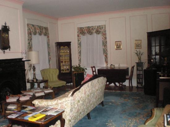 Stepping Stone Inn: The livingroom.