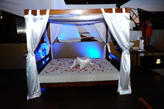 Pueblito Luxury Condohotel: Our bed during the recepction