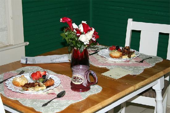 Maison D'Memoire Bed & Breakfast Cottages: country breakfast