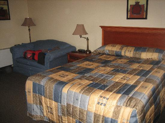 WelcomINNS: Main room - queen sized bed