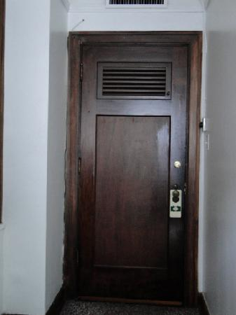 ‪بارك هوتل أوف هوت سبرينجز: Hotel Room Door from the inside‬
