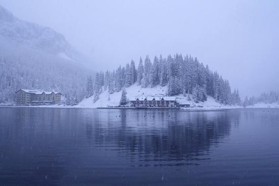 Misurina, Italië: From across the lake after 1st snow