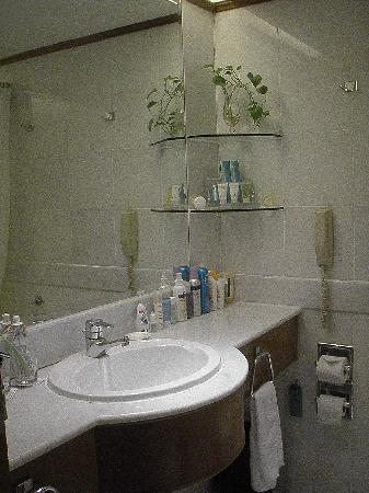 Hotel Jen Penang by Shangri-La: Bathroom in room 1015