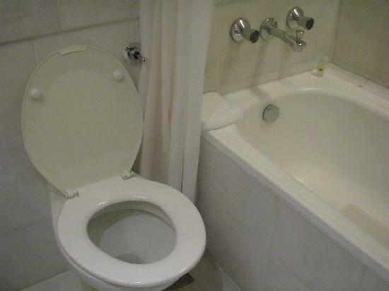 Hotel Jen Penang by Shangri-La: Toilet and shower