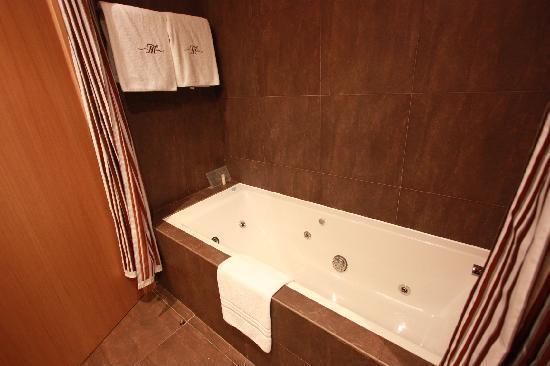 Hotel Montecarlo Barcelona: ジャグジー付きお風呂