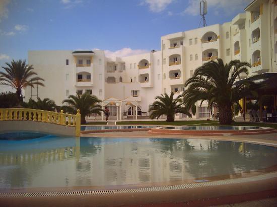 Kinza Hotel: l'hôtel de loin sur photo on voit pas les défauts