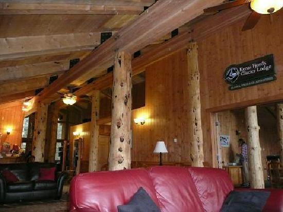 Kenai Fjords Glacier Lodge: inside the lodge, cosy lounge area