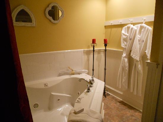 Camellia Rose Inn: Romantic Whirlpool