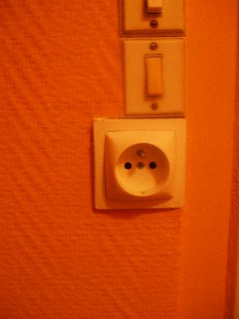 Hipotel Paris Belleville : dodgy plug socket that I couldnt use