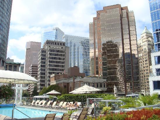 Fairmont Waterfront : Der Hotel-Pool befindet sich inmitten der Hochhäuser von Vancouver auf einer Dachterrasse