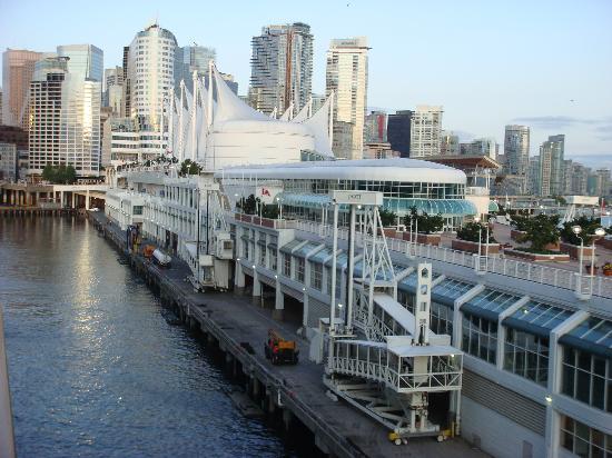 Links das Hotel Fairmont Waterfront aus Sicht des Kreuzfahrtschiffes bei der Anfahrt zum Kreuzfa