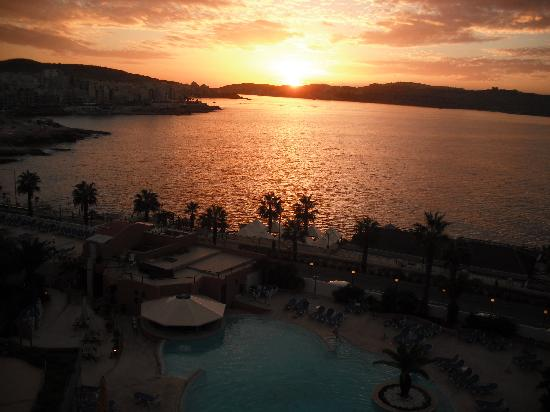 Dolmen Hotel Malta: sunset from our balcony
