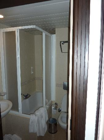 Sealife Family Resort: Accès à la baignoire et douche