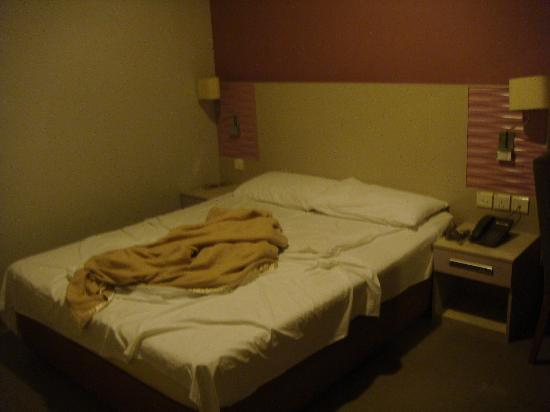 Fragrance Hotel - Imperial: windowless tiny room
