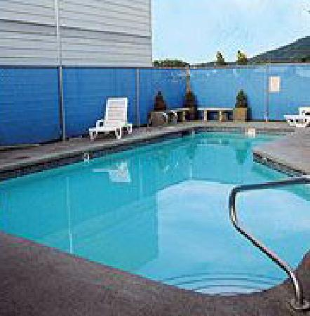 Silver Lake Motel: Pool Area
