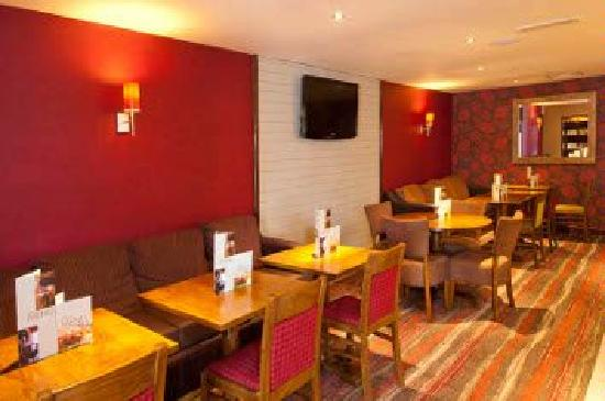 Premier Inn Rochester Hotel: Relax  and socialize in our Bar