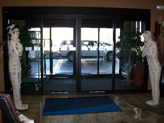 Holiday Inn Express Hotel & Suites - Coeur D'Alene: Entrance - mummies!