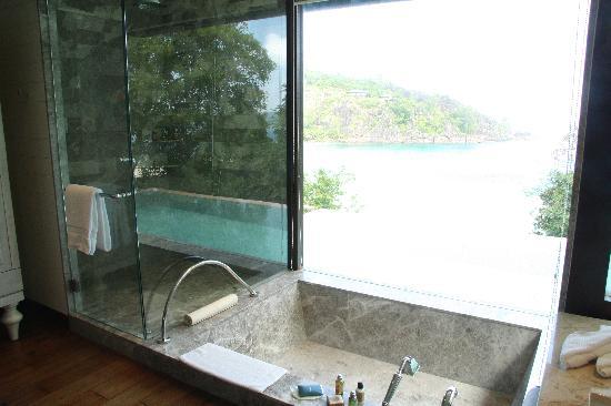 Four Seasons Resort Seychelles: The bath