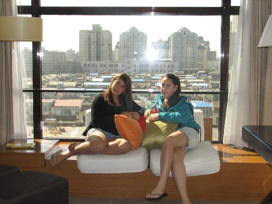 Holiday Inn Central Plaza: Our daughters on the window seat in the room