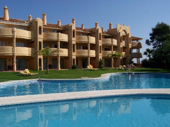 El Porton: Vue du jardin sur la résidence et la piscine