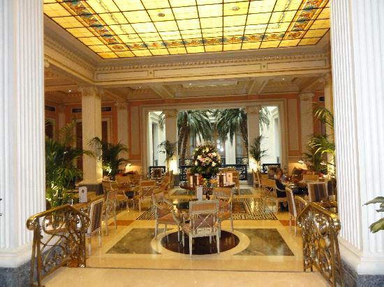 Hotel Grande Bretagne, A Luxury Collection Hotel: Lobby into Restaurant
