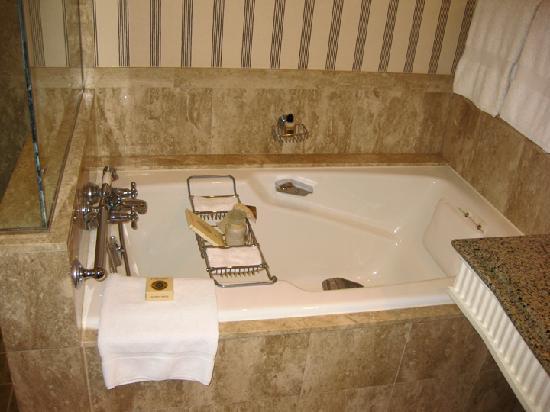 Four Seasons Hotel Cairo at the First Residence: Four Seasons Soaking Tub w bath salts