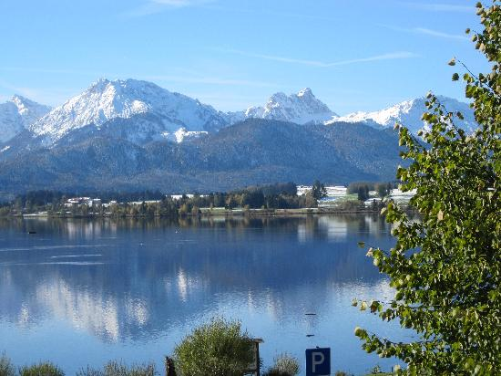 Hopfen am See, Alemania: Blick vom Balkon auf See und Berge