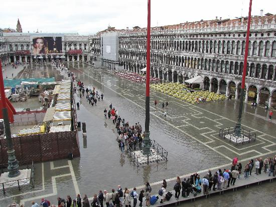 Hotel Adriatico: A very wet St Mark's Square