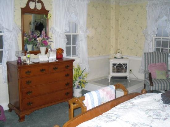 Old Red Inn & Cottages: corner of room with gas fireplace