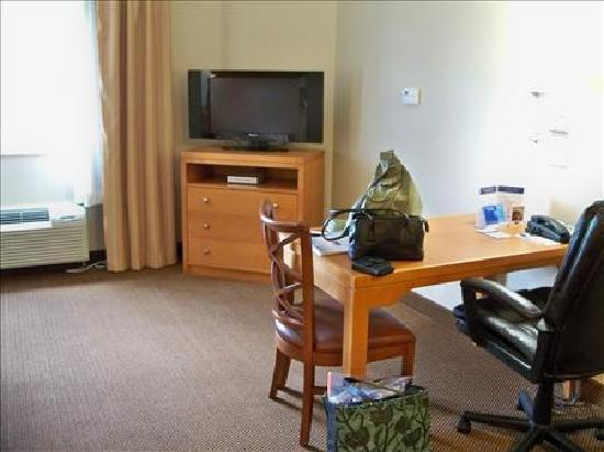Candlewood Suites Winchester: TV and Desk