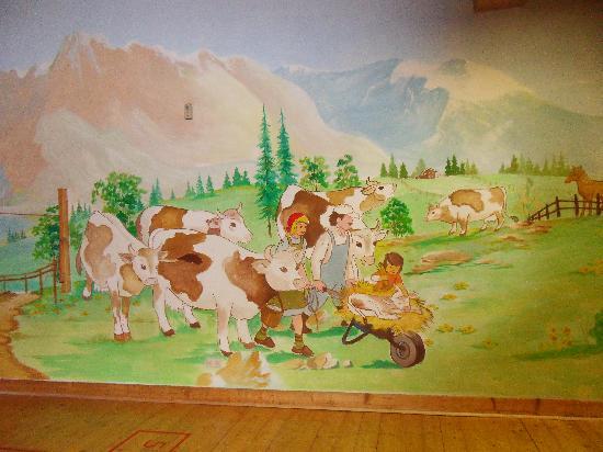 Kinderhotel Felben: schöne Malereien im ganzen Haus