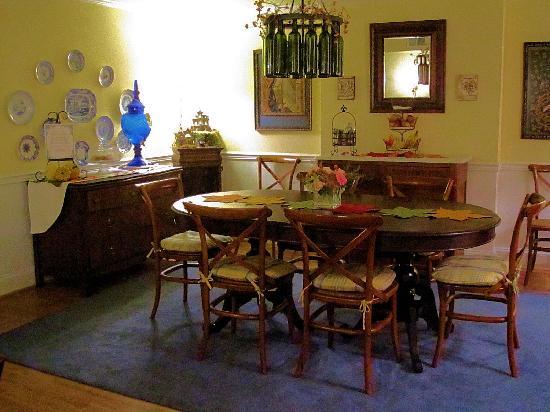 Scarborough Fair Bed & Breakfast: Cozy Dining