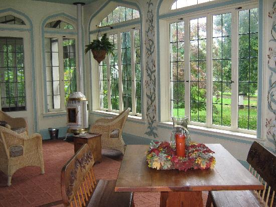 Vintage Gardens Bed & Breakfast : The sunroom....great for morning coffee