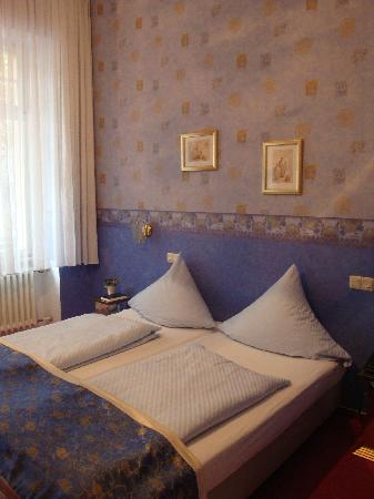 Astoria Hotel : A Blue Room for Two