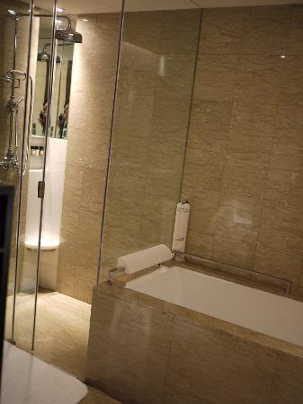 Les Suites Orient, Bund Shanghai : shower and tub